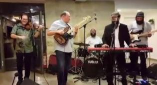 צפו: מושל ארקנסו מנגן עם להקת החתונות