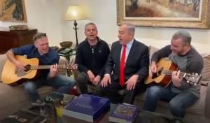 נתניהו ועיתונאים שרים 'שבחי ירושלים'. צפו