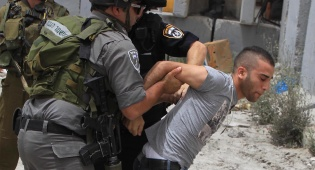 שוטרי מגב עוצרים חשוד בהפרות הסדר