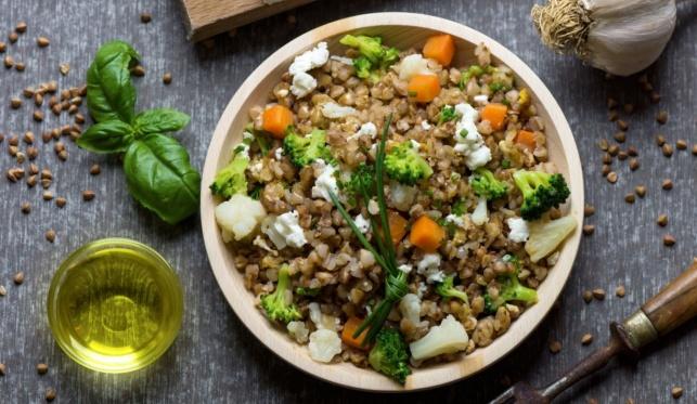 קערת בריאות של דגנים וירקות שהיא בעצם ארוחה שלמה