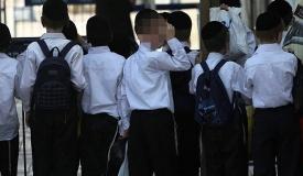 המנהל שר המנון 'הפלג'; עשרות ילדים עזבו