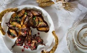 שוקי עוף מקורמלים עם בצלים ותפוחים בזיגוג בלסמי