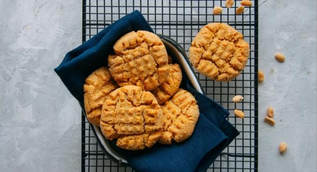 מ-3 מרכיבים בלבד: עוגיות חמאת בוטנים פציחות