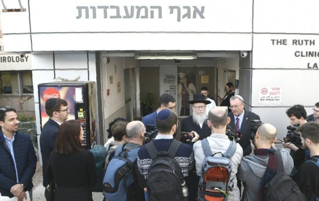 ליצמן בכניסה למעבדות עם העיתונאים