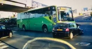 נס בירושלים: אוטובוס גרר את הרכב בצומת