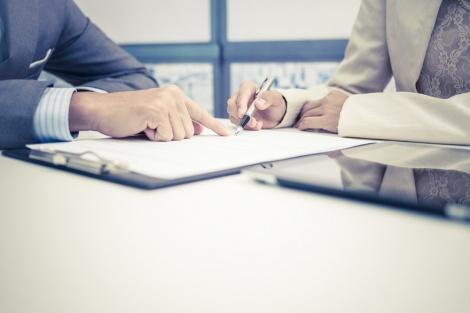 """חתימת סוכן חברת נדל""""ן על חוזה שכירות"""