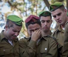 """חבריו של החייל רון קוקיא בוכים על קברו - ראש השב""""כ מתנגד לעונש מוות למחבלים"""