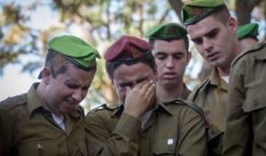 חבריו של החייל רון קוקיא בוכים על קברו