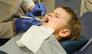 טיפול רשלני של רופא השיניים. אילוסטרציה
