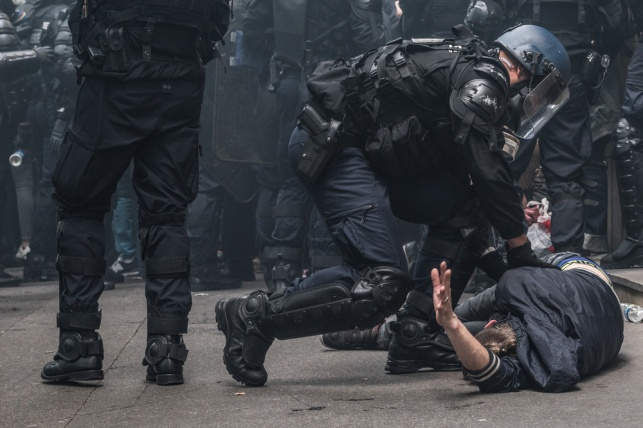 שוטרי CRS מבצעים מעצר, ארכיון