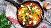 תבשיל עגבניות עם תפוחי אדמה וביצים או בעצם: שקשוקה משודרגת
