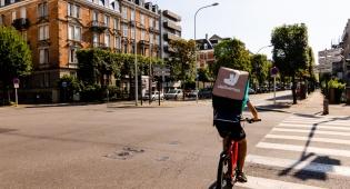 משלוחן של Deliveroo ברחובות שטרסבורג