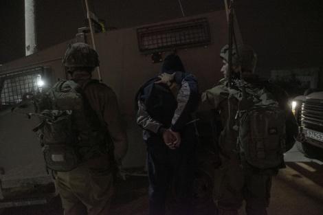 """מעצר. אילוסטרציה - חברון: כוחות צה""""ל עצרו פלסטיני חמוש בסכין"""