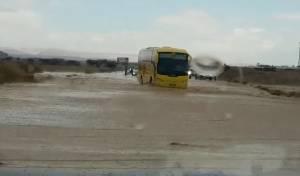סעו בזהירות • צפו: סחף והצפה בכביש 90