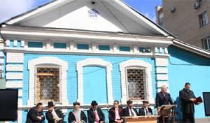 חוגגים מאה חמישים. הרבנים בחצר בית הכנסת