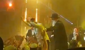 כשאביתר בנאי קפץ על הקהל בצמאה •  צפו