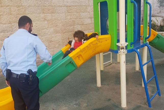 שוטרים שיחקו עם פעוטה בגן שעשועים. צפו