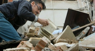 """בית כנסת שחולל באיראן - שיראז: ס""""ת קרועים, ספרי קודש בשירותים"""
