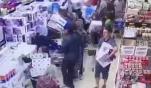 טירוף: צפו באוסטרלים נאבקים לקנות טישו