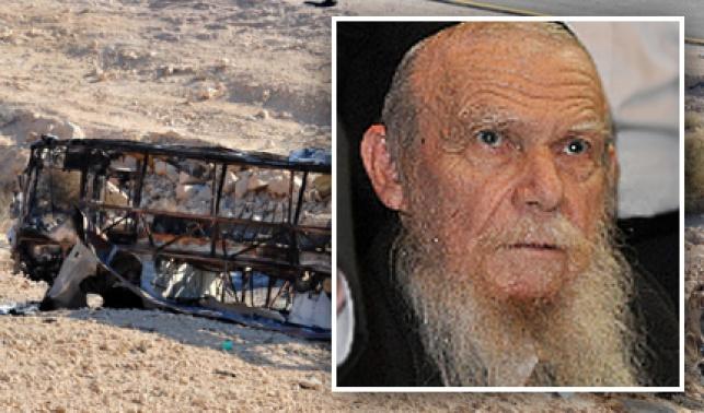 הרב אדלשטיין על רקע האוטובוס שהותקף (פלאש 90)