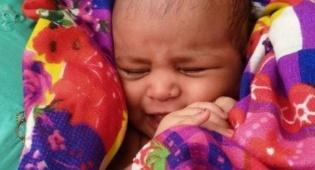 תינוקת בהודו נמצאה בתיבת עץ בנהר