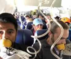 הנוסעים המבוהלים - נוסעת נשאבה לחלון במהלך טיסה ונהרגה