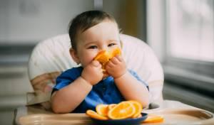 מחקר: אמהות נותנות לתינוקות אוכל מוצק מוקדם מדי