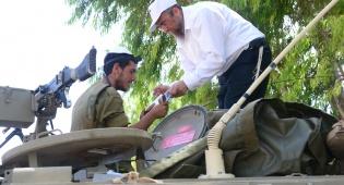 הרב אהרון פרוס מניח תפילין לחייל