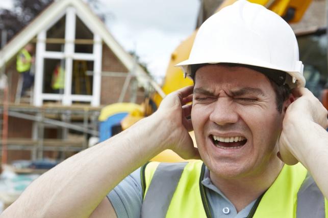 סבל מרעש באוזניים עקב מקום עבודתו ויפוצה. אילוסטרציה