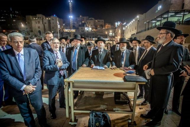 הרבנים בכותל, הערב