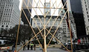 המנורה הגבוהה בעולם הוקמה בלב מנהטן