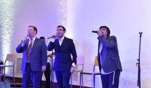 קאהן, ברסון והאחים דיקמן: ביצוע יווני חגיגי