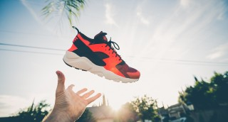 איך לנטרל ריחות רעים מנעלי ספורט תוך 30 שניות