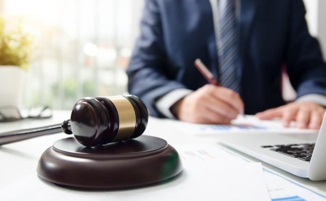 עורך דין. אילוסטרציה - תביעה? ייעוץ? עורכי דין מומחים בכל תחום
