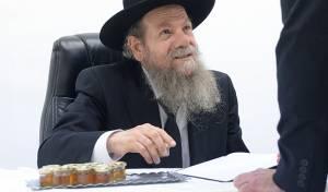 כמנהג אביו: הרב אדלשטיין חילק דבש • צפו