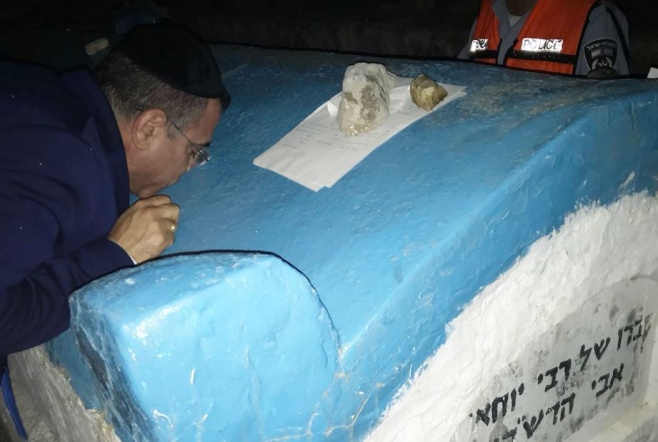 אלי יצפאן מתפלל על ציון רבי שמעון בר יוחאי