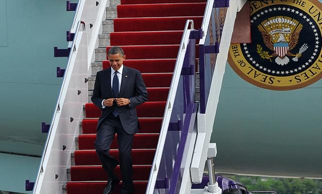 ברק אובמה יורד מהמטוס הנשיאותי