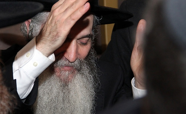"""תימהוני תקף באלימות את האדמו""""ר רבי דוד אבוחצירא"""