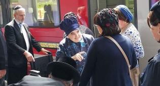 הרבנית מבעלזא והרכבת - תיעוד: הרבנית מבעלזא יצאה לנופש בשוויץ