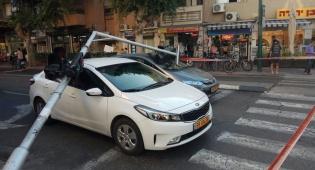 תל אביב: רמזור נפל על רכבים ומחץ אותם