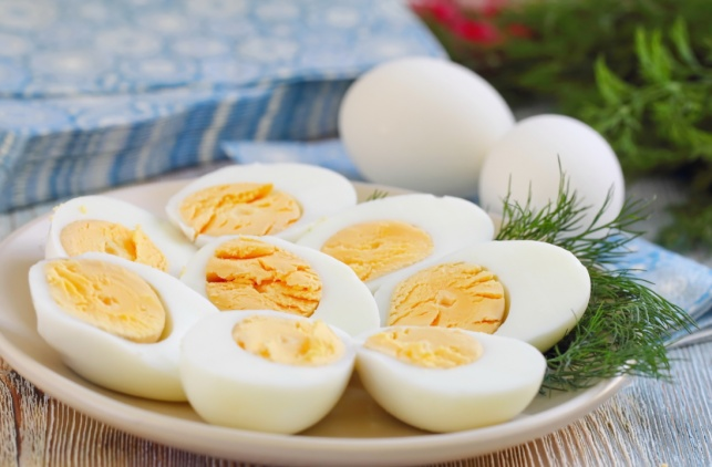 צפו: כיצד לקלף ביצה קשה במינימום מאמץ