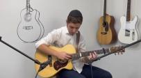 צפו: עילוי הגיטרה בביצוע מרגש לקלאסיקה