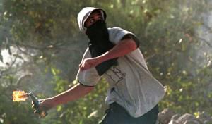 מחבל זורק בקבוק תבערה לעבר ישראלים