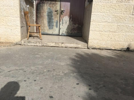 המדרגה שחוסמת את הנכים בכניסה לבית הכנסת - בית כנסת בנתניה חסם את הכניסה לנכים