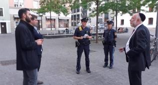 הרב ברודמן (מימין), עם השוטרים