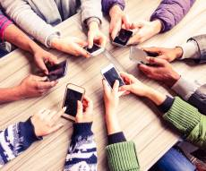 האינטרנט: הורים מכורים לא פחות מילדים