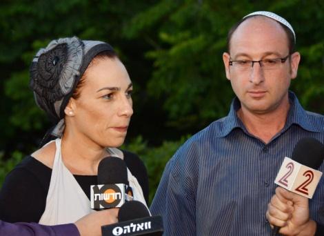 ההורים של גיל-עד שאער מתראיינים מחוץ לביתם - עיתונאים אומרים תודה לאנשי טלמון