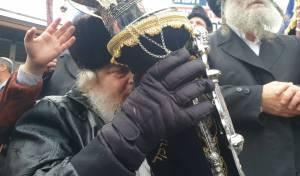 """הכנסת ספר תורה לציון רבי נחמן זצ""""ל באומן"""