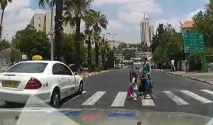 הטירוף בכביש - האמא וילדיה חוצים, הנהג לא עוצר • צפו