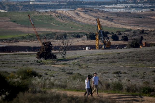 הציוד ההנדסי הכבד לבניית מכשול המנהרות בגבול עזה